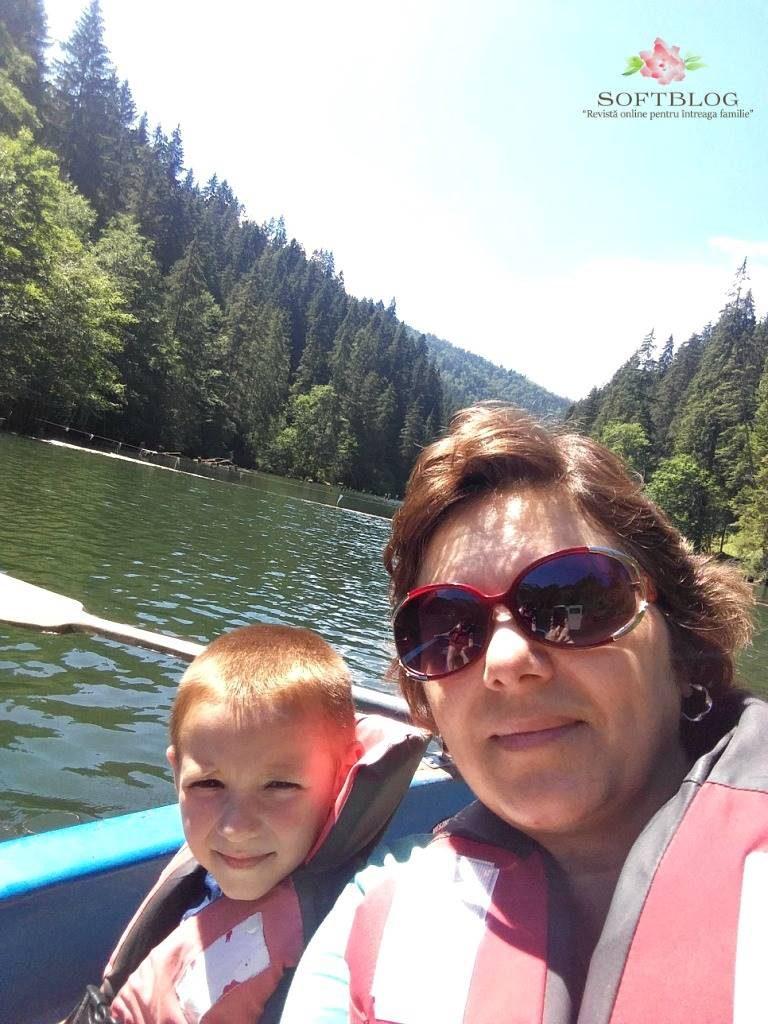 cu barca pe lacul Rosu