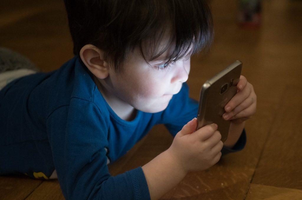 îndepărtezi copilul de telefon